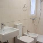 Limpieza y labores de higiene en sanitarios de locales comerciales, oficinas y viviendas en Sevilla.