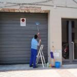Limpieza de fachadas y cocheras en el barrio de Triana (Sevilla).